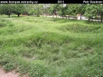 phnom-penh-11-killing-fields-co-prohluben--to-hromadny-hrob.jpg